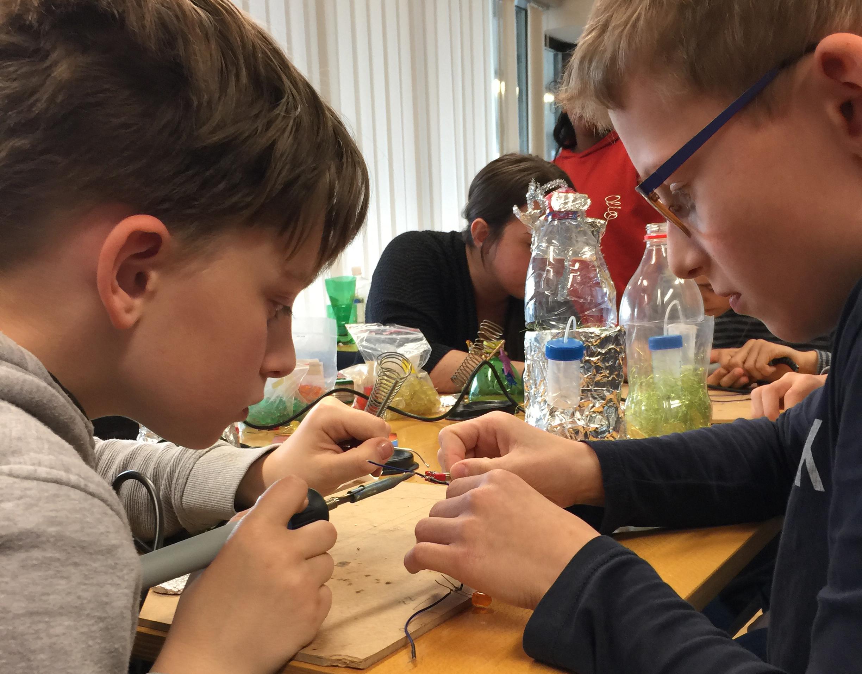 zwei Jungs bauen eine Spacekapsel